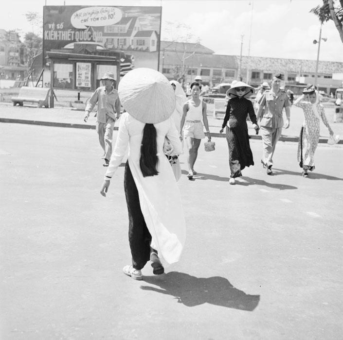 Молодая женщина одетая в трад вьет костюм на рыночной площади сент 1953 Ж  Лирон