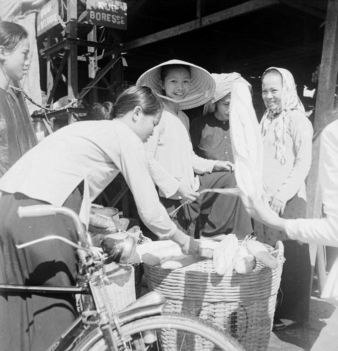 На рынке покупают хлеб заимсвт у франц 1950 неиз