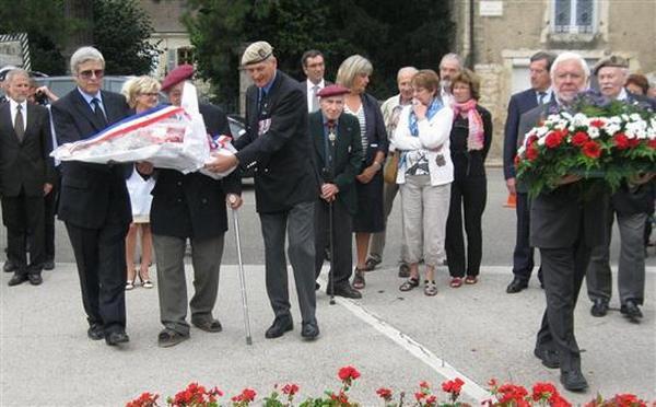 Жан Сорел и мэр возлагают цветы 4 сент 2012