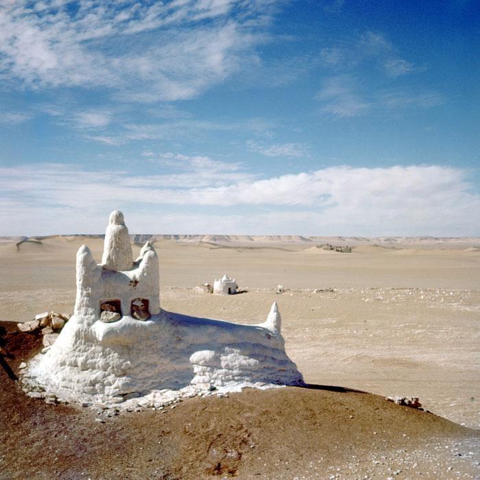 09 Обелиск в честь марабута в пустыне Сахаре фев 1958 Жерар Додю