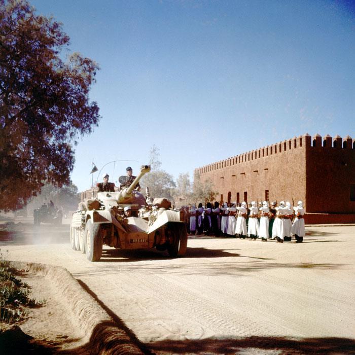 03 В Тамаранссете мехаристы приветствуют колонну разв бронеавт ИЛ кот следует в Сахару фев  1958 Жерар Додю