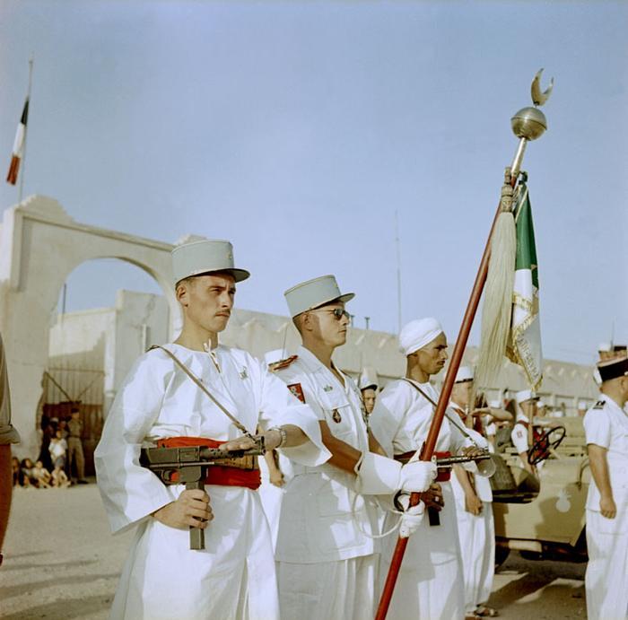 11 Знаменосец сах роты Зуфана во время парада 14 июля в Колон бешар Июль 1958 Мишаловски