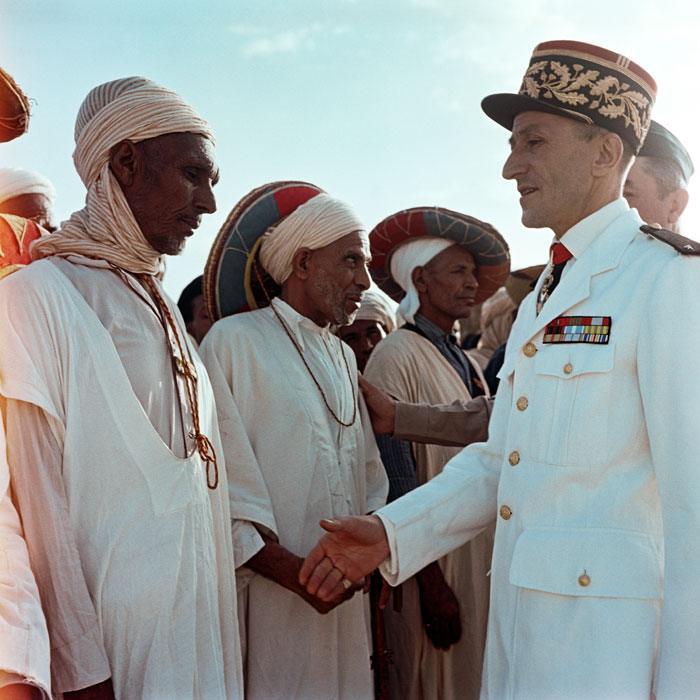 13 генерал Дельпьер ком Юго-вост зоны приветствует бывш комбатантов после церемонии Июль 1958 Мишаловски