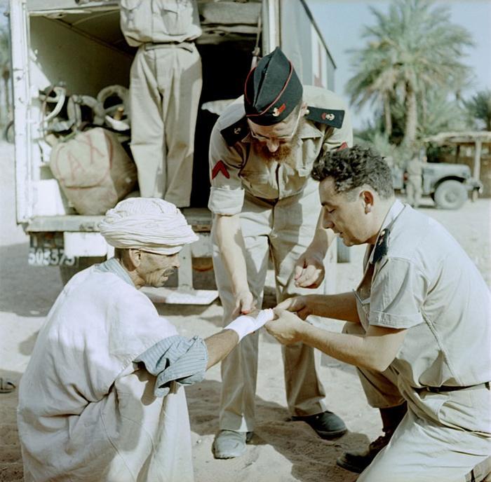 16 В деревне у Колон Бешара санитар 11 арт полка Мор пех отн к беспл мед пом оказывает помощь июль 1958 Мишаловски