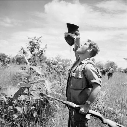 Солдат 1 сводного камбодж бат утоляет жажду во время операции окт 1953 Раймонд Вароки