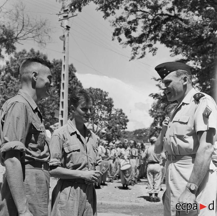 Генерал Коньи принимает в ханое военных репортеров Даниэля Камю и Пьера Шендерфера авг 1954 неизв