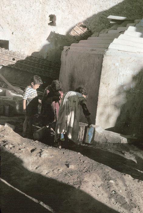 Дети у источника в деревне Феркана