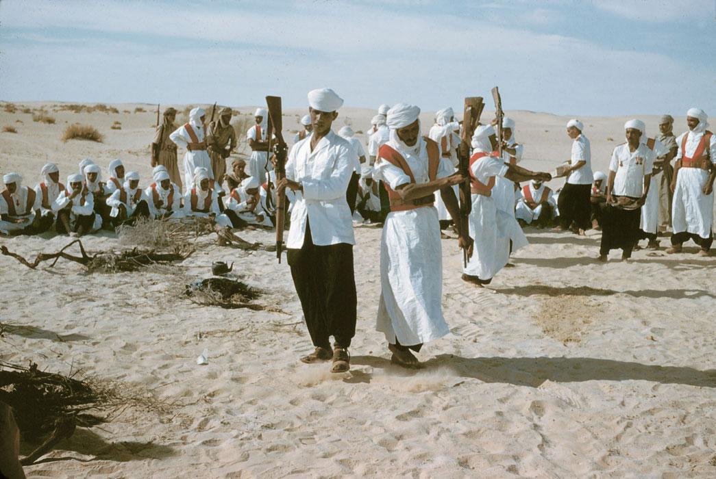 Мехаристы танцуют танец с винтовками