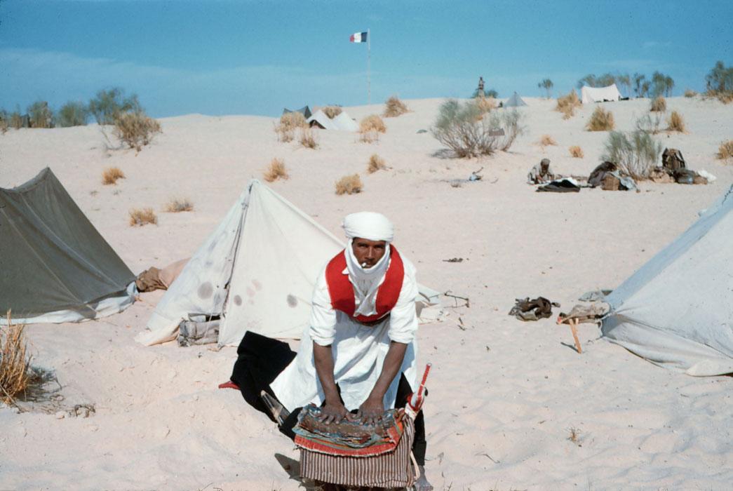 Мехзарист готовит седло для своего дромадера