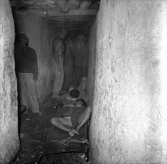 03 Раненые ждут своей очереди в госпитале 1954 Дьенбьенфу