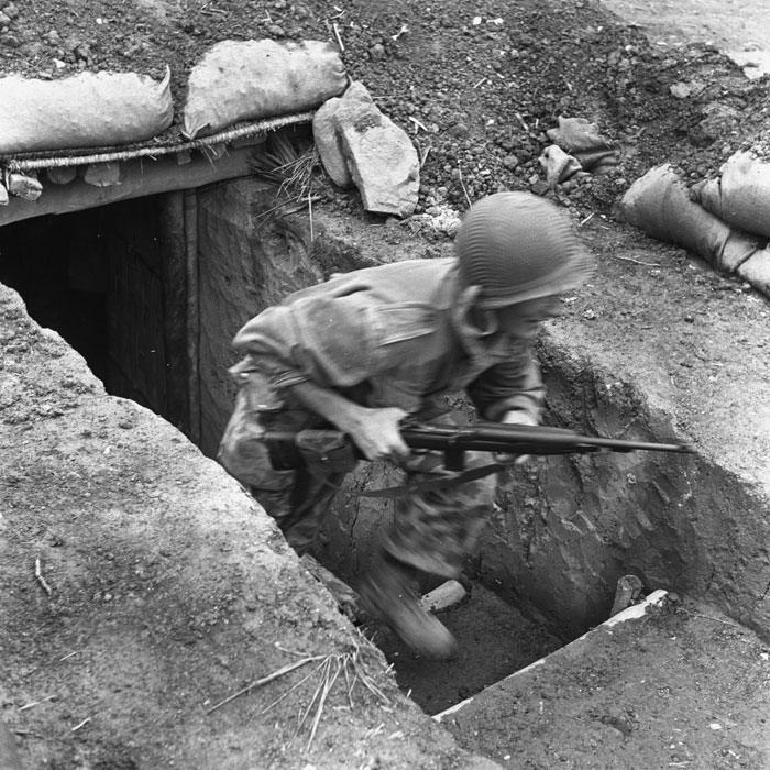 Унтер офицер 8 УПБ покидает укрытие чтоб добраться до боевых позиций март 1954 Камю Перо