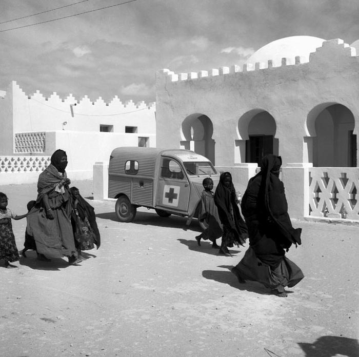 Семья выходит из центра медпомощи в Тиндуфе март  1957 П Феррари
