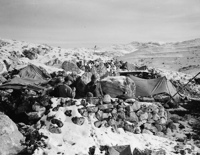 Солдаты 3 ПАД на набл посту 784 на Сан Элиа во врем я бое на линии Гюстава в Италии фев 1944 Жак Белен