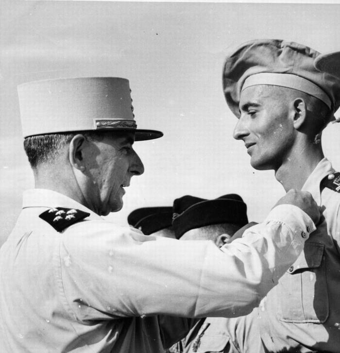 Генерал награждает сына в крестом 11 мая 1951