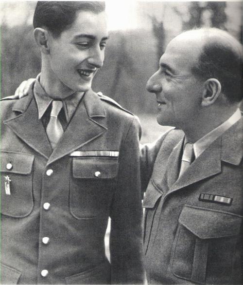 Генерал де Латтр с сыном в семейном саду февраль 1945 2