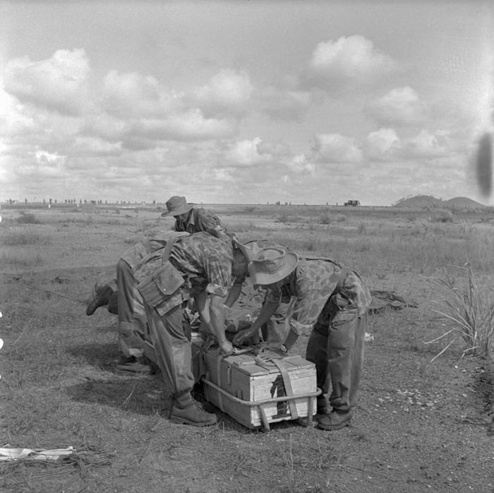 В Тонге солд 2 БЕПи распаковывают тяжелое вооружение авг 1953 П Феррари