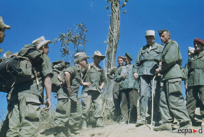 Визит на огн точку генералов де Линереса и Жилля с комбатом Фавро ком 3 бат 3 пех полка ИЛ 13 дек 1952