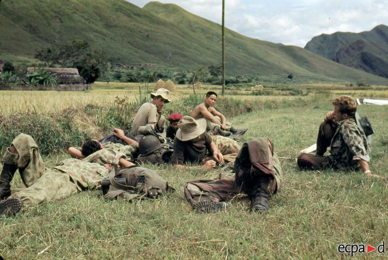 Парашютисты 6 БКП раненые во время приземл ждут эвакуации на посту  Тю Ле окт 1952