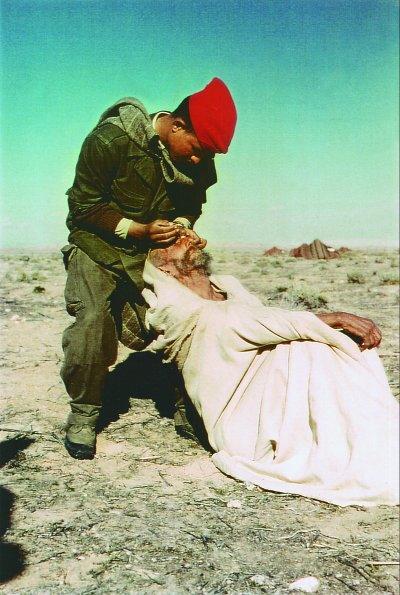 У номадов санитар Салах удаляет трахому нояб 1959 Ж Буаджьян