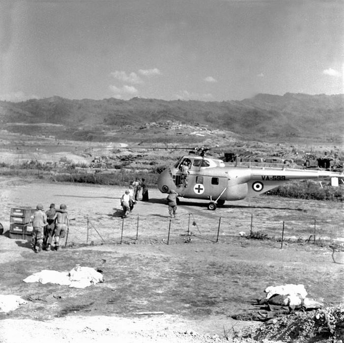 Эвакуация раненых вертолетом Сикорский S-55 в ДБФ март 1954 Даниэль Камю или Жан Перо