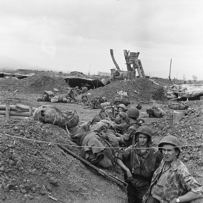 Солдаты БКП только что приземлились и находятся в недостроенных траншеях у ПК март  1954 Камю Перо