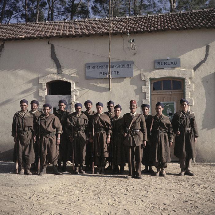 05 Могазни позирующие перед зданием администрации в Пиретте в кабилии июль 1956