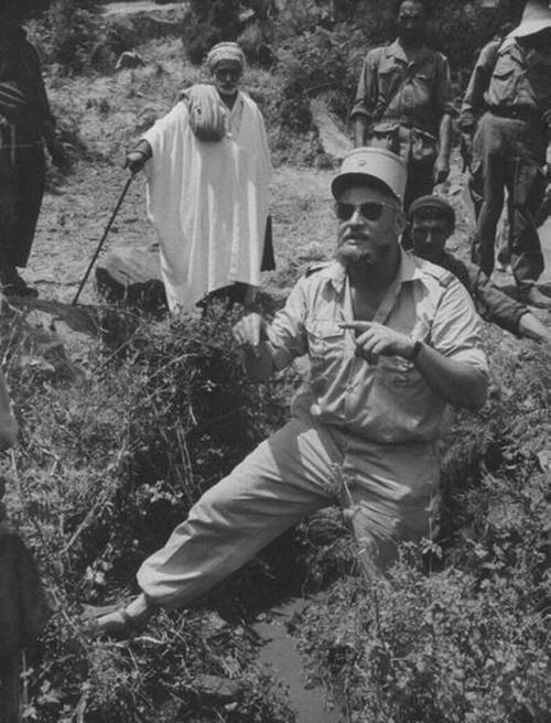10 Офицер САС Клод Голдштейн говорит с местным населением сент 1957  Лайф2