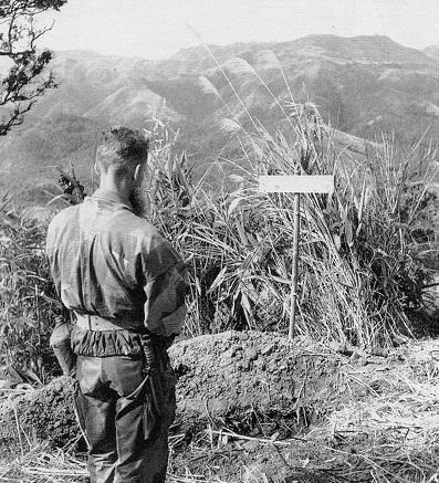 Шевалье военный священник на могиле парашютиста Нгуена Ми дек 1953 ДБФ