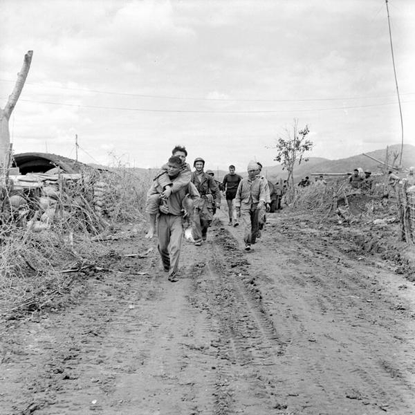 Раненые пимы прибывают на огн точку в ДБФ март 1954 Ж Камю Ж Перо2