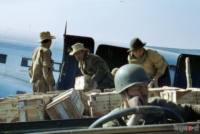 Выгрузка боеприпасов в На Сане нояб дек 1952 неизв