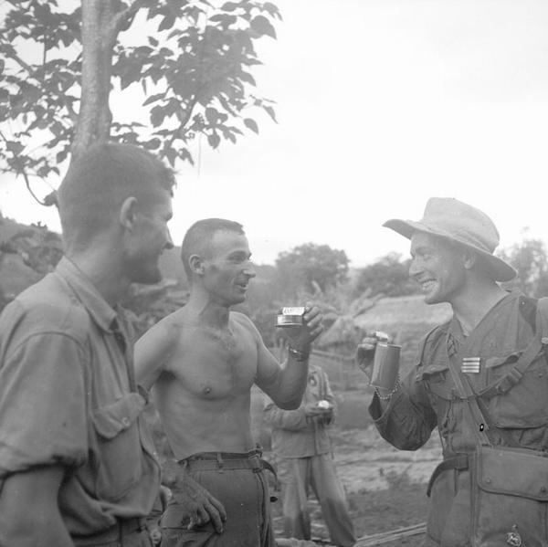 Раффали комэск ком 2 БЕП пьет кофе с  капралом окт 1951 неиз