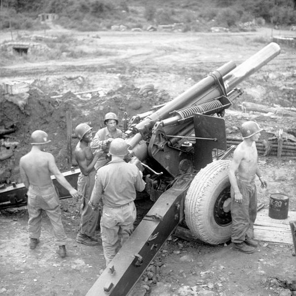 Солдаты фр бат ООН  и ам арт 2 див стреляют из пушки июнь август 1952 Г Аппэ