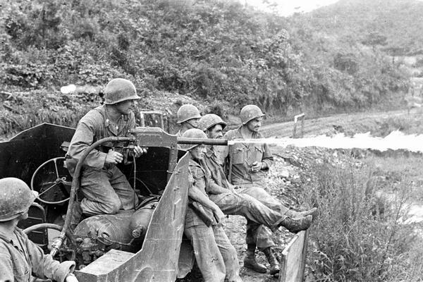 Солдаты фр бат ООН испытывают огнемет авг 1952 Г Апэ