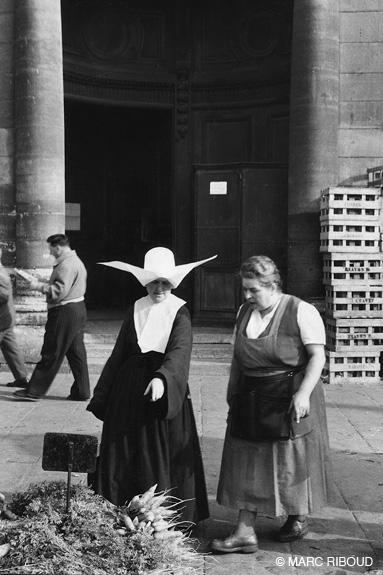 париж 1953 25 монахиня на рынке