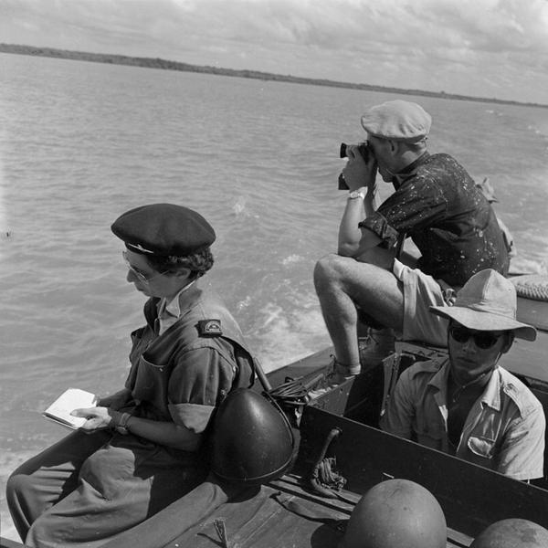 Репортеры Брижжит Фианг и Рауль Нутар на патр судне на реке Сонг Тхаи Бинх июнь 1953 П Коркюфф
