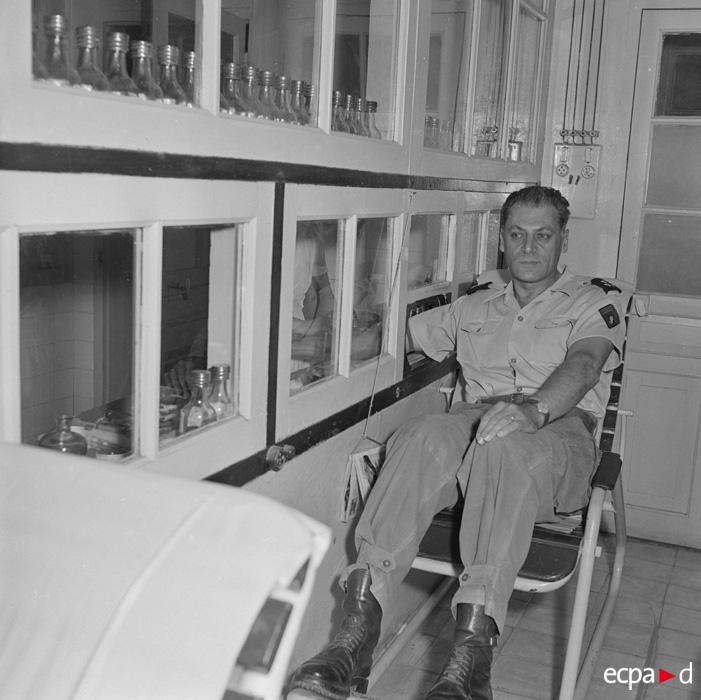 Генерал коньи отдает свою кровь раненым ДБФ 24 апреля 1954