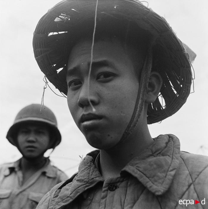 Пленный солдат вьетминя и вьетнамский солдаь 25 марта 1954 камю перо