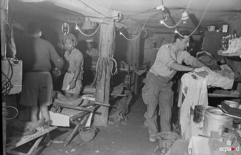 Раненые в операционном зале 25 марта 1954 камю перо