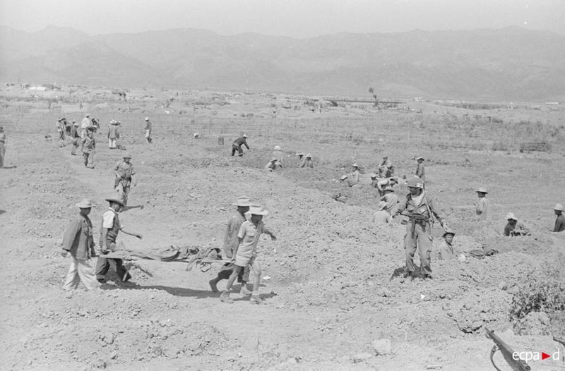 Роют могилы для солдат убитых в Изабели 17 18 марта 1954 камю перо