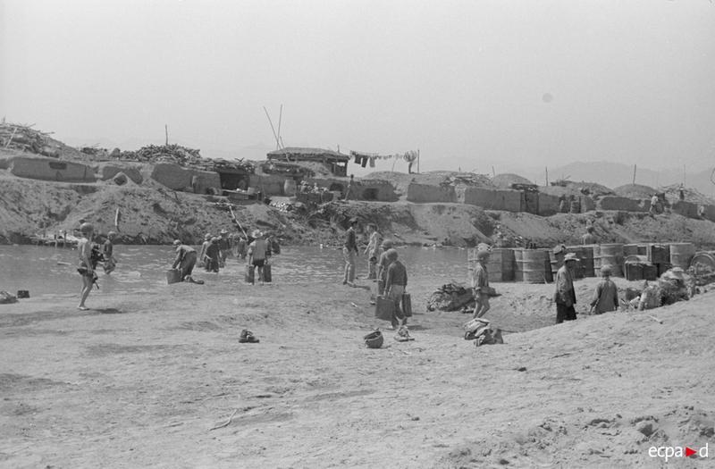 Туалеты на реке Нам Юм 17 18 марта 1954 Камю Перо