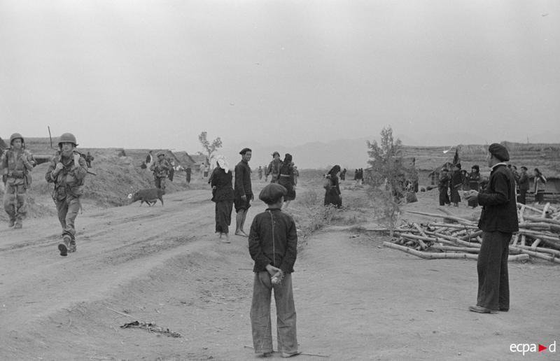 Фр войска проходят перед життелями долины ДБФ 13 17 марта 1954 Д камю или Ж перо