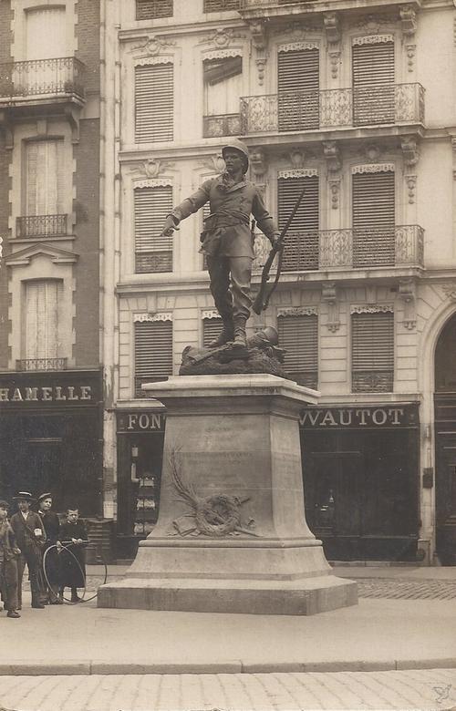Памятник сержанту Бобийо в Париже Bobillot погиб 1885 в Индо