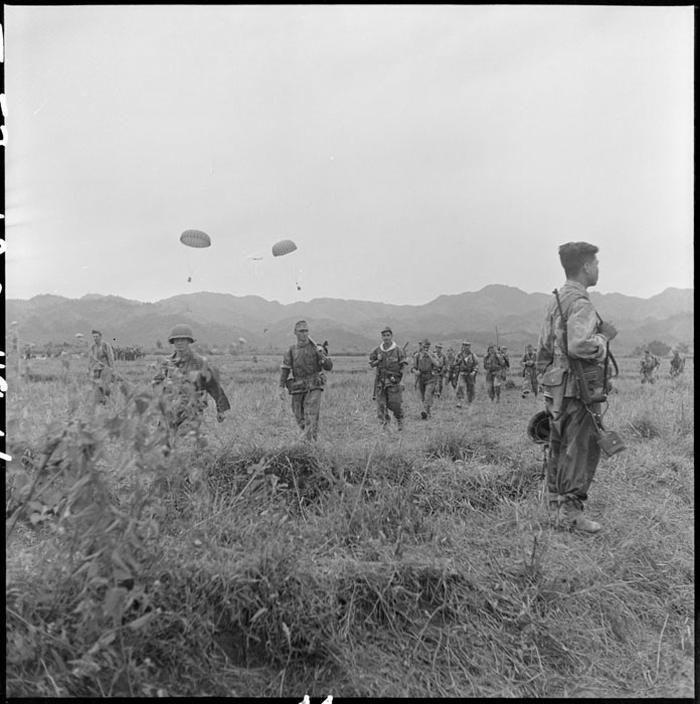 Сбор парашютистов 6 БКП в зоне высадки во время операции Кастор 1953 Д камю