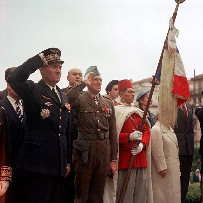 Ген Жуо Салан у памятника  павшим в Алжире 8 мая 1957 Мишаловски