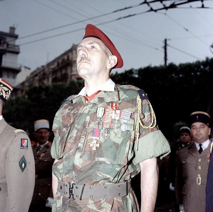 Генерал Массю только что нагр Саланом 8 мая 1957 М ихаловски
