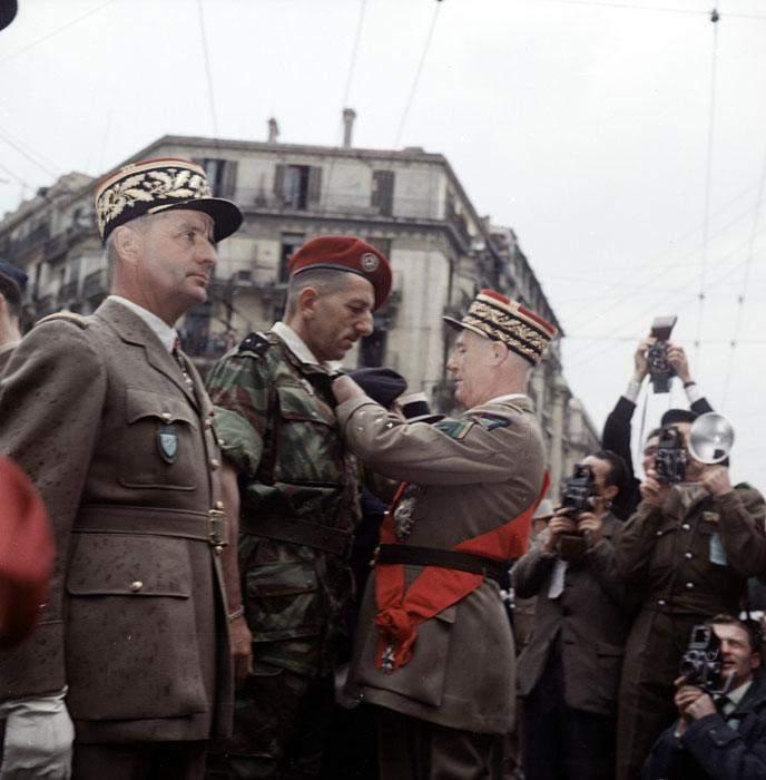 Салан награждает Массю 8  мая 1957 Мишаловски2