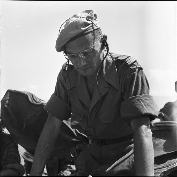 Капитан Эрвуэ ком танк эскадроона фев 1954 камю Перо