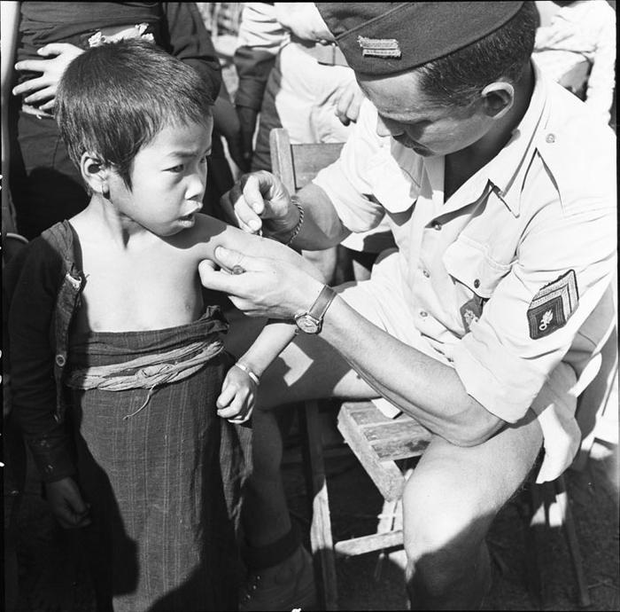 Сержант легионер вакцинирует ребенка фев 1954 Камю