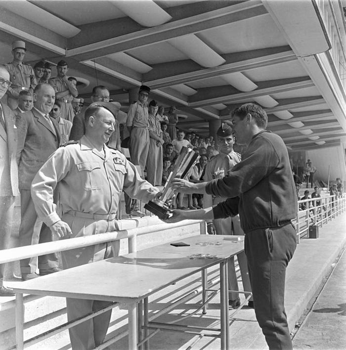 Генерал Шалль награждает победителей июль 1959 Марк Фландруа
