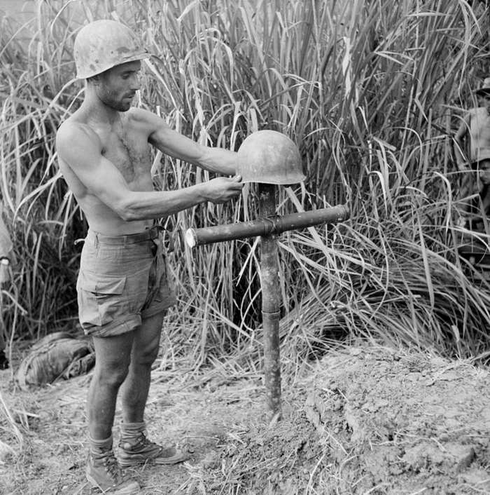 Легионер испанец перед могилой товар окт 1951 неиз